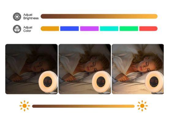 Kinderwekker Met Licht : Wekker met koffiebonen op houten tafel met ochtend licht